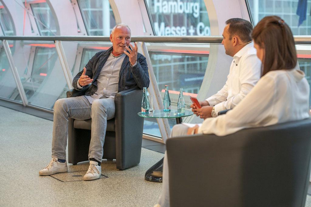 Uwe Bergmann (l.), im Talk mit Borhen Azzouz und Anna Habenicht (Bild: Dennis Mundkowski)